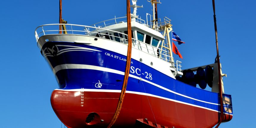 Wodowanie jednostki rybackiej w Szczecinie